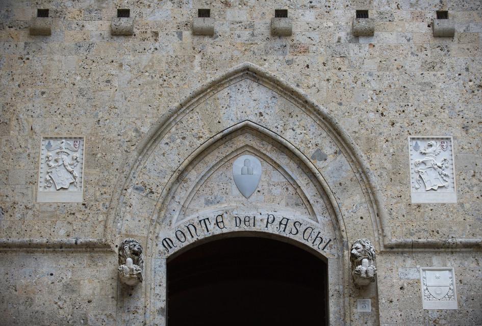 Главный вход в головной офис Monte dei Paschi di Siena. 5 апреля 2013 года, Сиена, Италия.