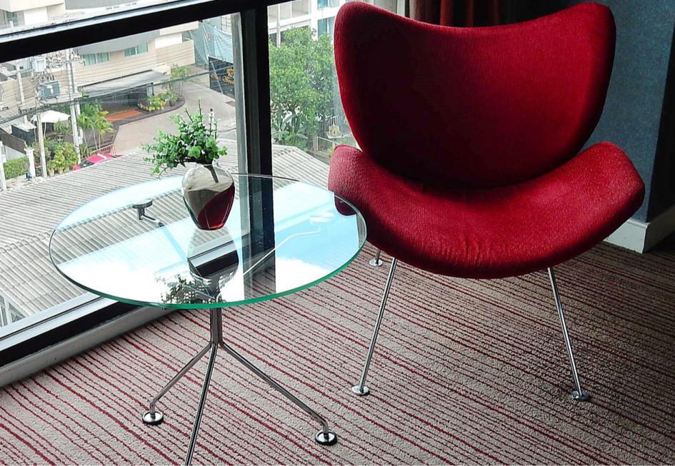 Маленький круглый стеклянный стол