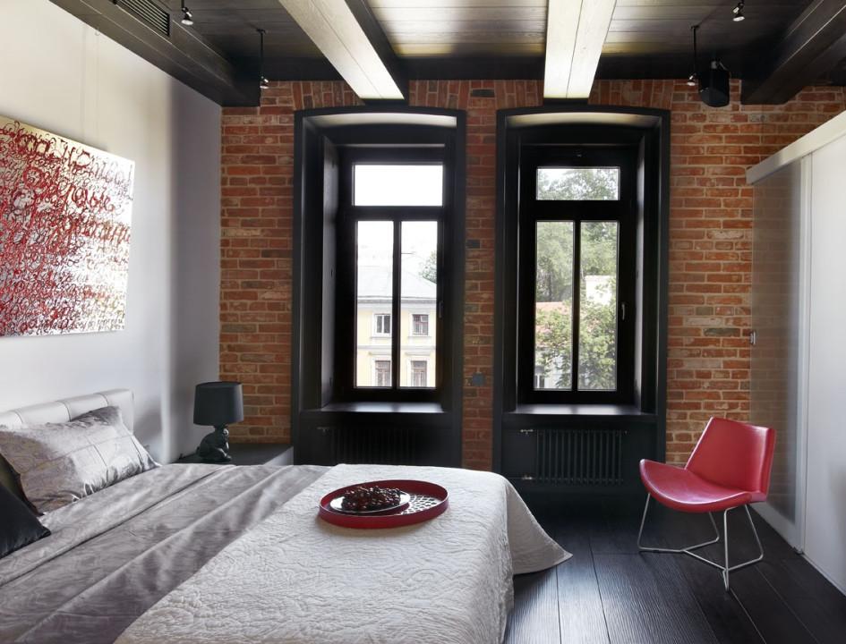 Белая стена в спальне и светлый текстиль делают пространство более просторным  воздушным