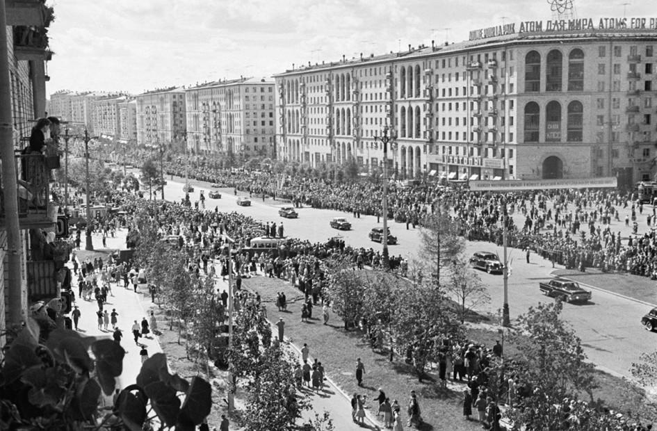 Москвичи встречают летчика-космонавта СССР Г. С.Титова на Ленинском проспекте. 1961 год