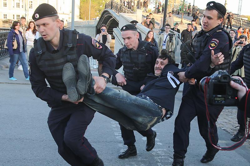 Задержание сотрудниками полиции участника акции, посвященной годовщине митинга на Болотной площади 6 мая 2012 года