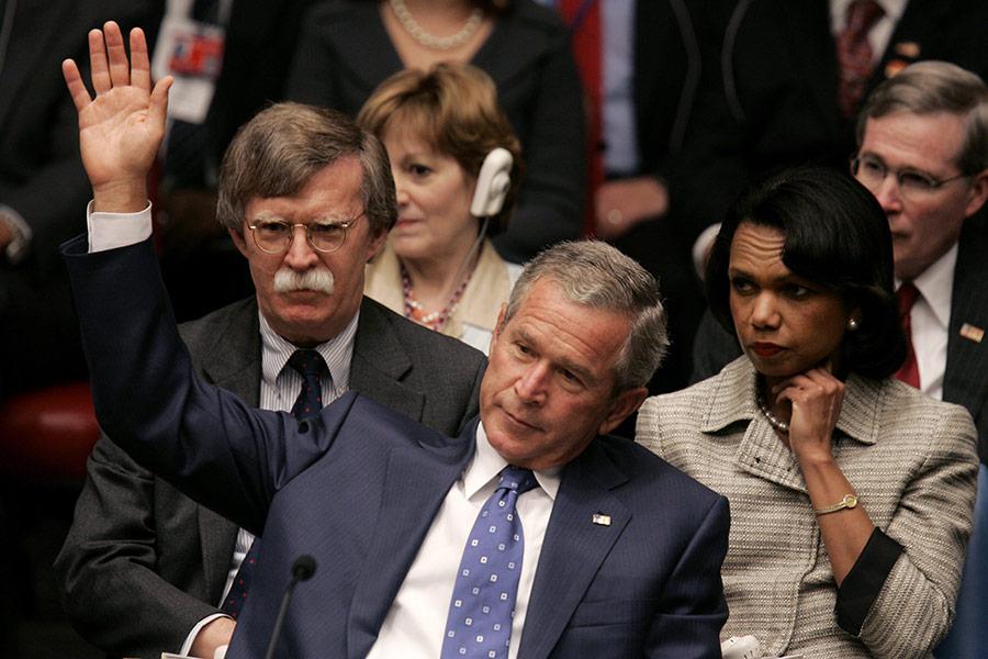Джон Болтон (слева) и Джордж Буш-младший