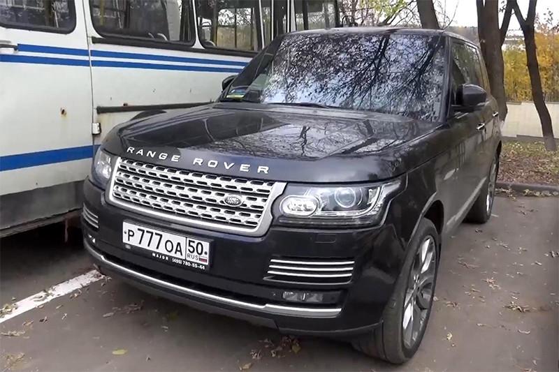 Брошенный автомобиль Range Rover, на котором скрылся подозреваемый в убийствах в Красногорске Амиран Георгадзе