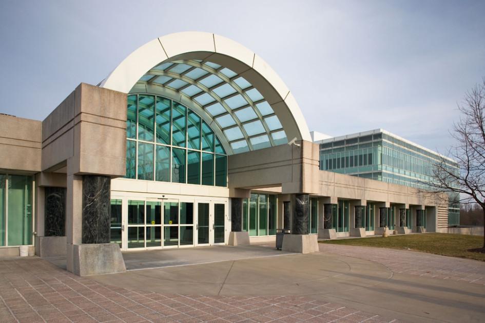 Штаб-квартира ЦРУ находится в Лэнгли, округ Фэрфакс, штат Вирджиния, в 13 км от Вашингтона