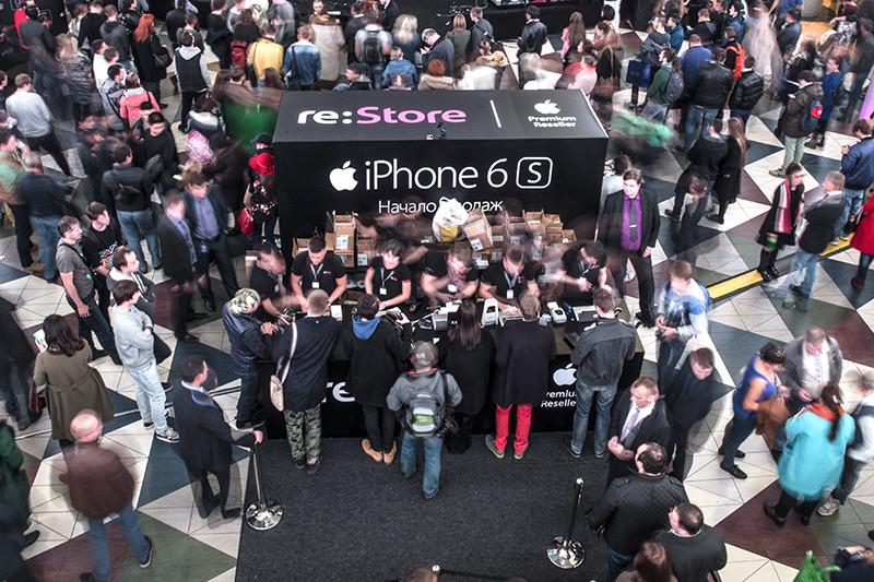 Покупатели в магазине re:Store, где стартовали продажи смартфонов Apple iPhone 6s и iPhone 6s Plus