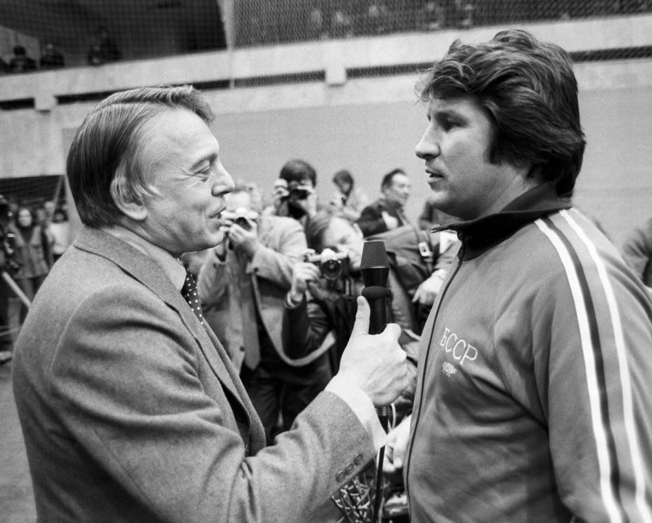 Владимир Перетурин берет интервью у тренера минского «Динамо» Эдуарда Малофеева. 1982 год