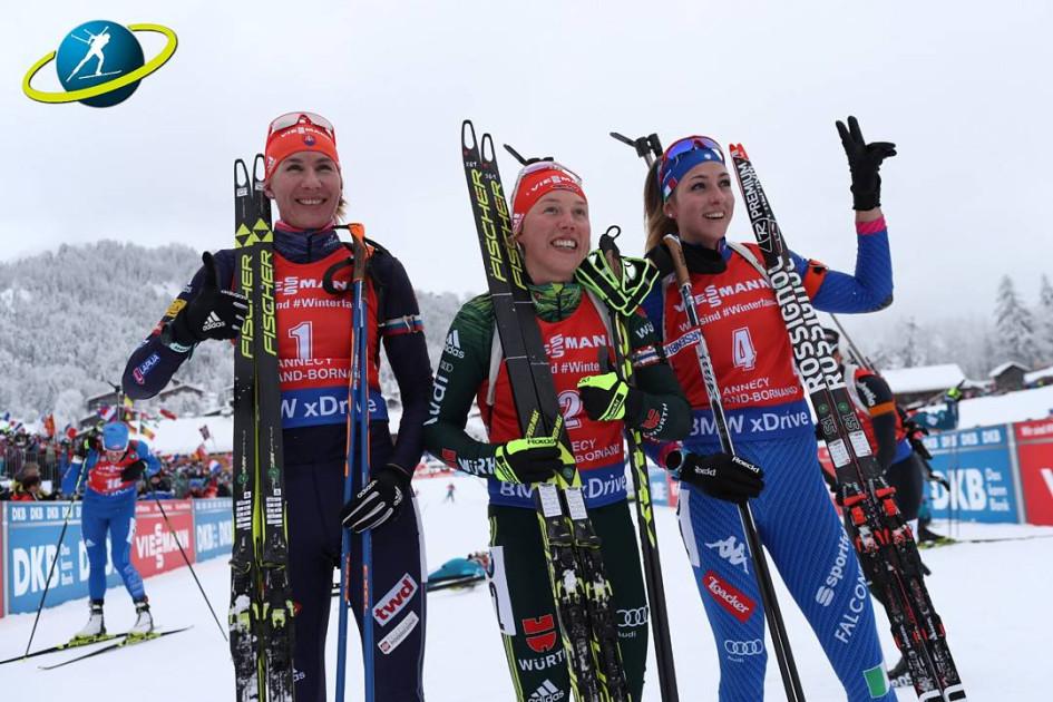 Призеры женской гонки преследования на этапе Кубка мира по биатлону в Анси Анастасия Кузьмина, Лаура Дальмайер и Лиза Витоцци (слева направо)