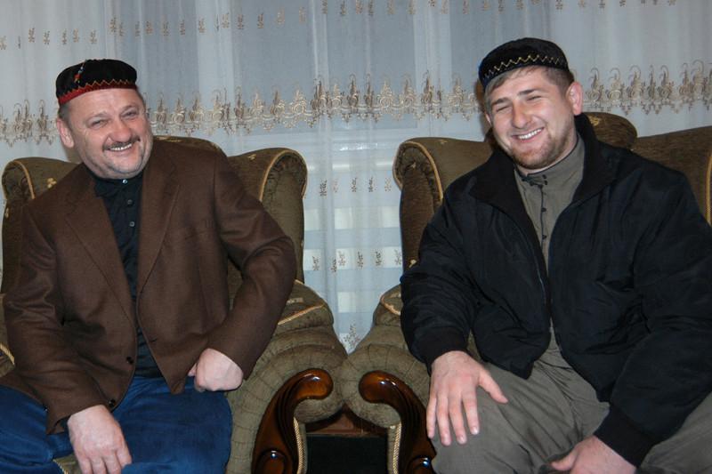 Нынешний глава Чечни Рамзан Кадыров иего отец—бывший президент республики Ахмад Кадыров — вовремя первой чеченской кампании участвовали ввоенных действиях противфедеральных войск. На сторону федеральной власти оба перешли в1999 году. После гибели отца 9 мая 2004 года вовремя взрыва настадионе «Динамо» вГрозном Рамзан Кадыров был назначен сначала первым вице-премьером республики, затем стал премьером, аспустятри годапослесвоего 30-летия занял место отца   На фото: президент Чечни Ахмат Кадыров ируководитель охраны президента Чечни Рамзан Кадыров (24 апреля 2002 года)
