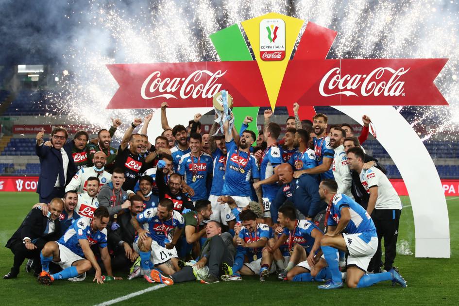 Футболисты «Наполи» с Кубком Италии
