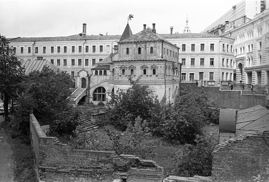 Боярские палаты на улице Разина (Варварка), построенные в XVII столетии, считаются одним из древнейших сооружений гражданского зодчества Москвы. Фото 1970 года