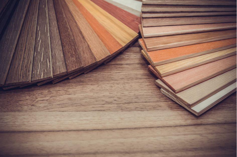 В маленьком коридоре используйтедоски трех оттенков одного цвета
