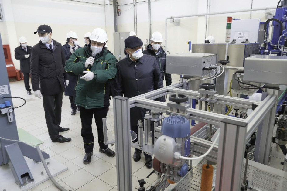 Производство антисептиков наАО «ТАНЕКО» осмотрел президент РТ Рустам Минниханов (справа)