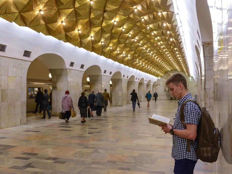 Пассажиры на станции метро «Авиамоторная»