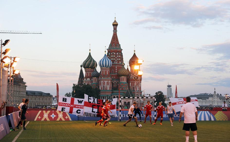 Товарищеский матч болельщиков России и Англии в парке футбола на Красной площади