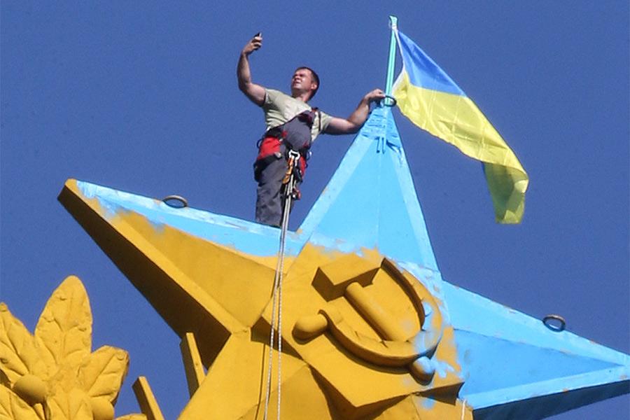 Во время демонтажа украинского флага, вывешенного на жилом доме на Котельнической набережной
