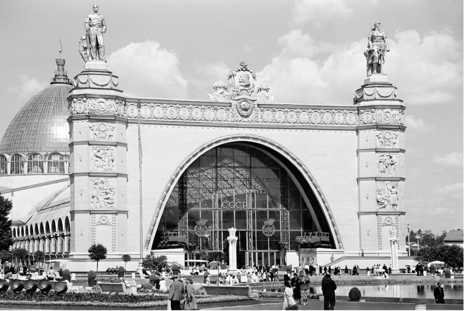 Павильон №32 «Механизация и электрификация сельского хозяйства СССР» Всесоюзной сельскохозяйственной выставки. Точная дата съемки не установлена.1950-е годы