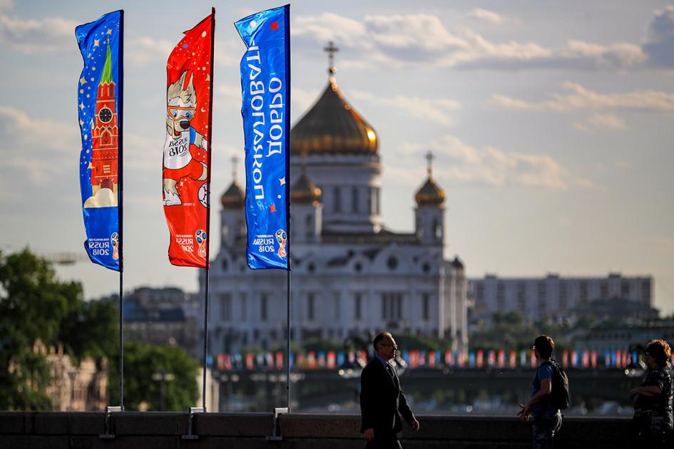 Москва. Флаги с символикой чемпионата мира по футболу FIFA 2018 на Большом Москворецком мосту