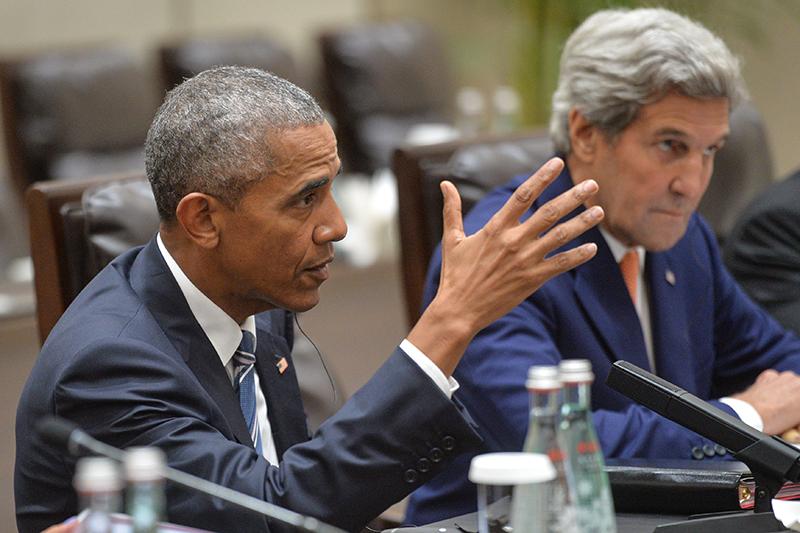Президент США Барак Обама (слева) игосударственный секретарь США Джон Керри вовремя встречи вХанчжоу спрезидентом РФ Владимиром Путиным