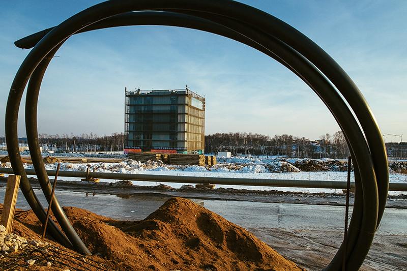«Гиперкуб» не значился в генплане «Сколково». Проект здания был утвержден лично Дмитрием Медведевым и внесен в генплан задним числом