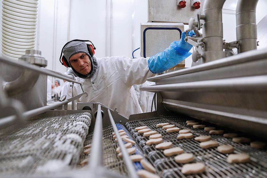 Линия производства мясных полуфабрикатов на заводе компании «Мираторг»