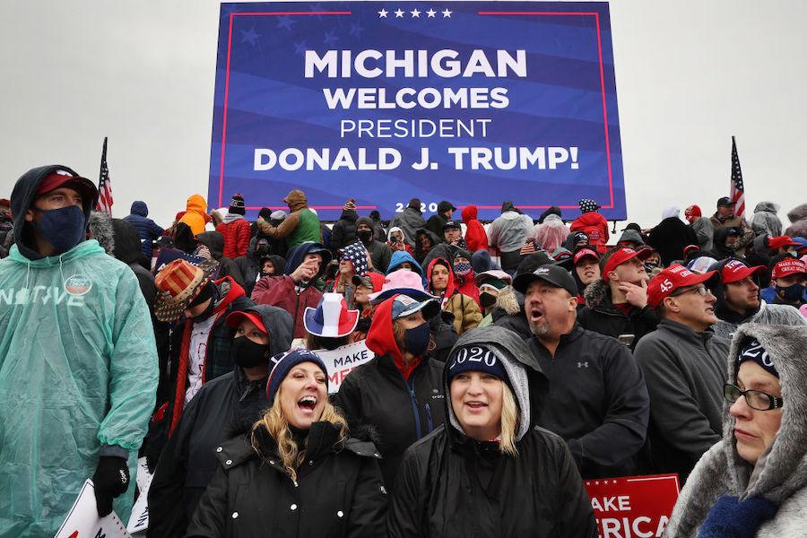 Жители Мичигана на митинге в поддержку переизбрания Дональда Трампа, октябрь 2020 года. Четыре года назад Трамп одержал там победу над Хиллари Клинтон с минимальным перевесом в истории штата— всего 11 тыс. голосов из почти 5 млн проголосовавших