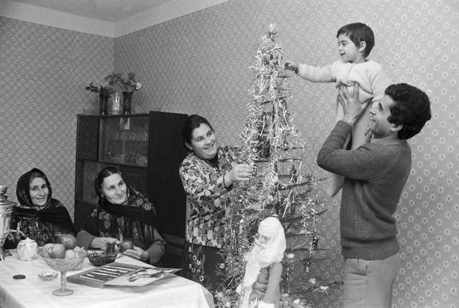 Работники Бакинского завода бытовых кондиционеров (справа налево) инженер Тариэль Гаджиев ссыном Сананом, его жена Зейнаб иих матери Сабига Гаджиева иГюлара Гулиева вовремя празднования Нового года вновой квартире. 1984 год