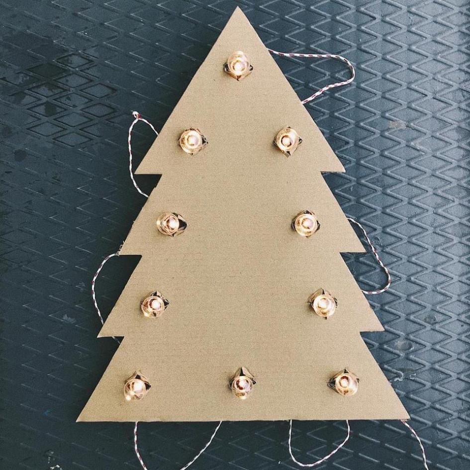 Альтернативным вариантом искусственным и живым елкам станут елки, сделанные своими руками из безопасных экологичных материалов