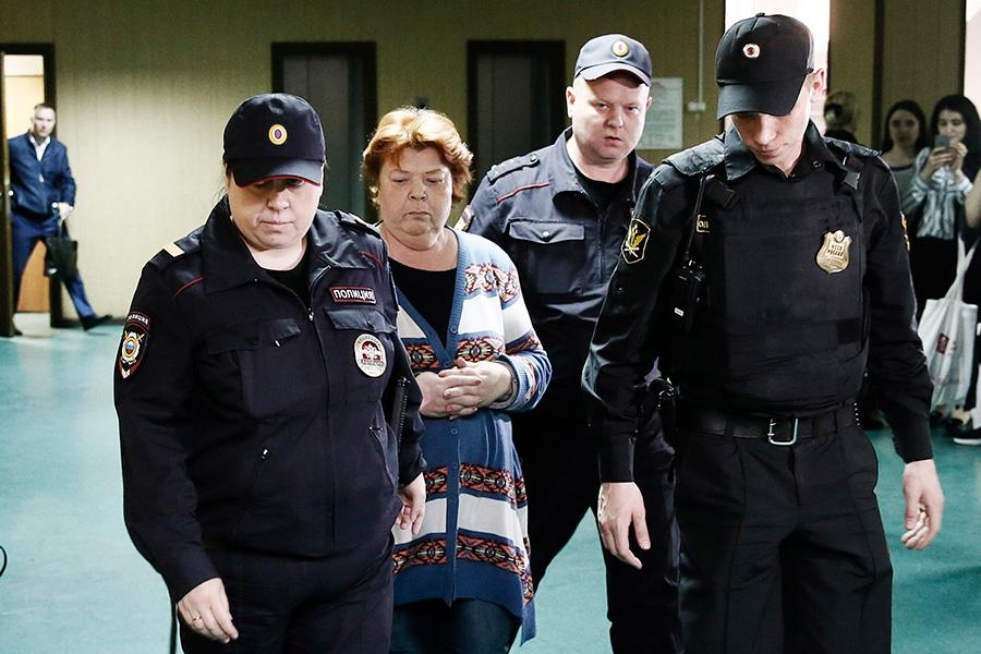 Нина Масляева (вторая слева)
