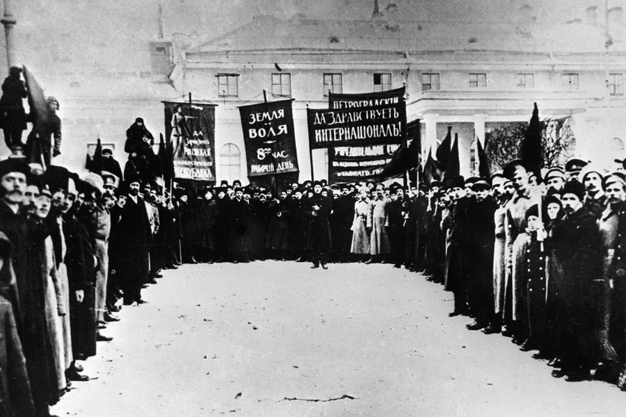 Манифестация у Петроградского арсенала. 25 февраля 1917 года