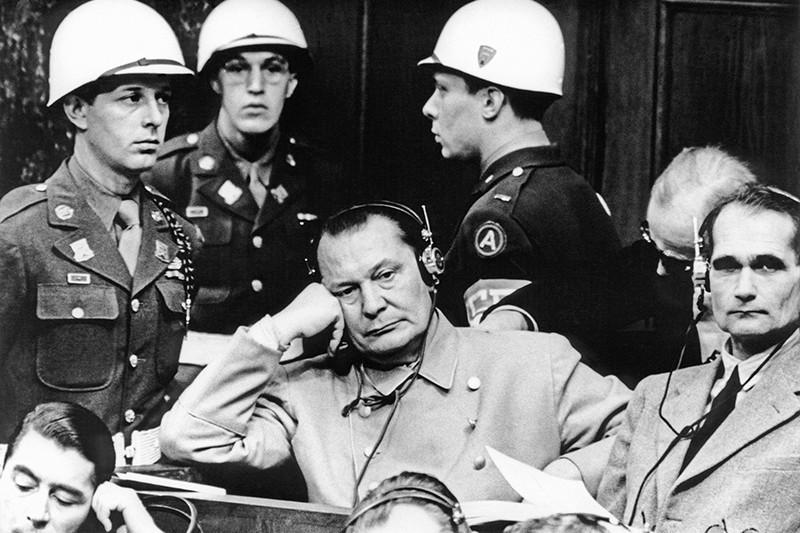 Герман Геринг (в центре) и Рудольф Гесс на скамье подсудимых