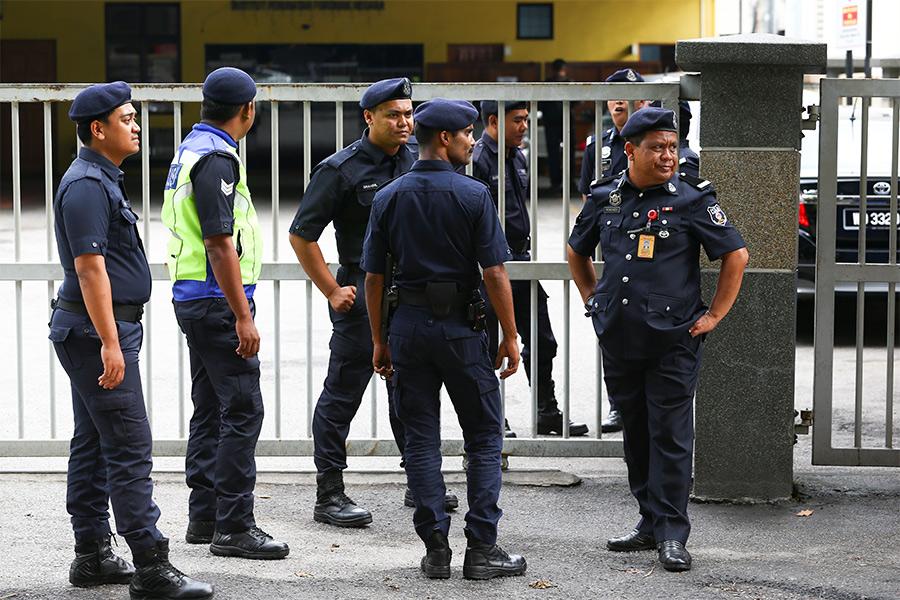 Полиция Малайзии у морга, где находитсятело Ким Чен Нама