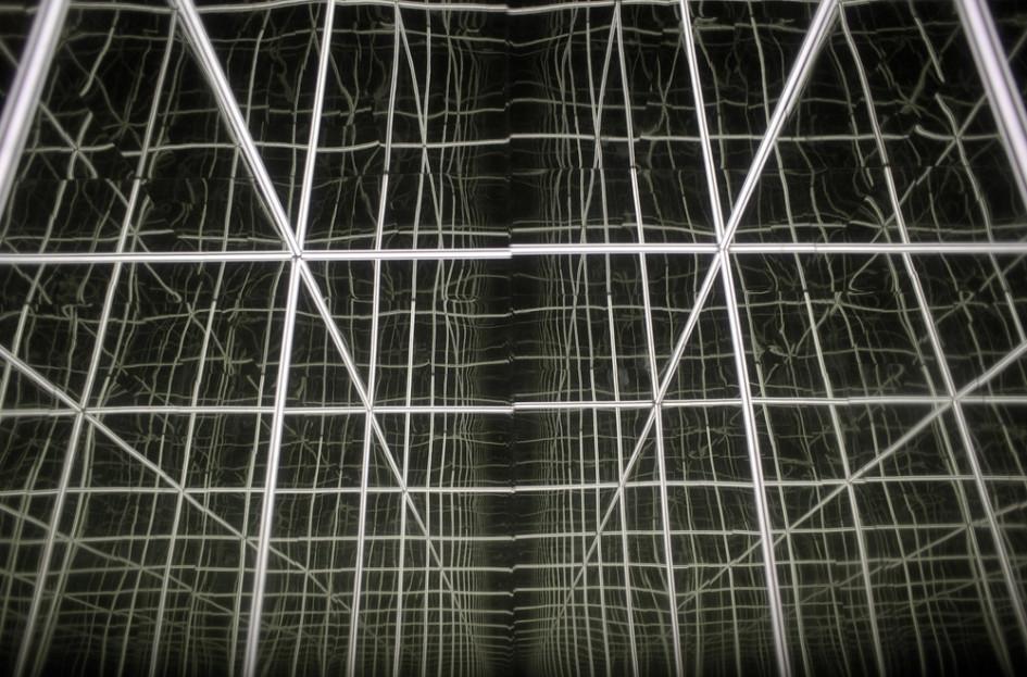 «Купель», в которой расположилась инсталляция из трех кубических объемов с зеркалами и темными поверхностями, создающими бесконечность