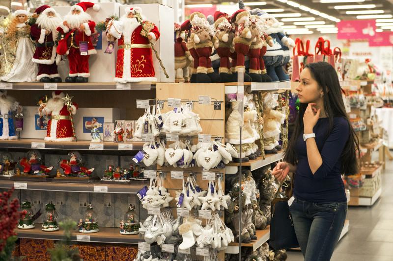 Покупательница вотделе новогодних товаров гипермаркета «Уютерра»