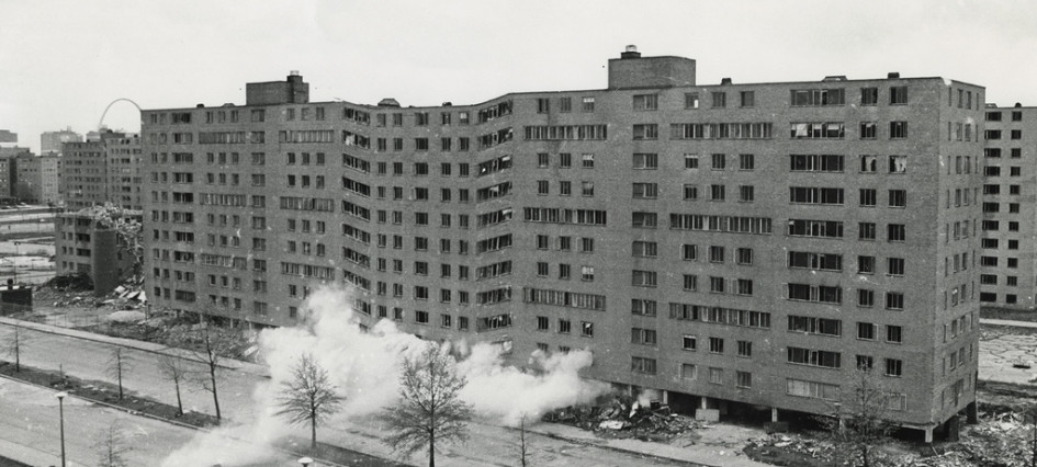 Управляемый взрыв многоэтажек Прюитт-Игоу вСент-Луисе показывали впрямом эфире