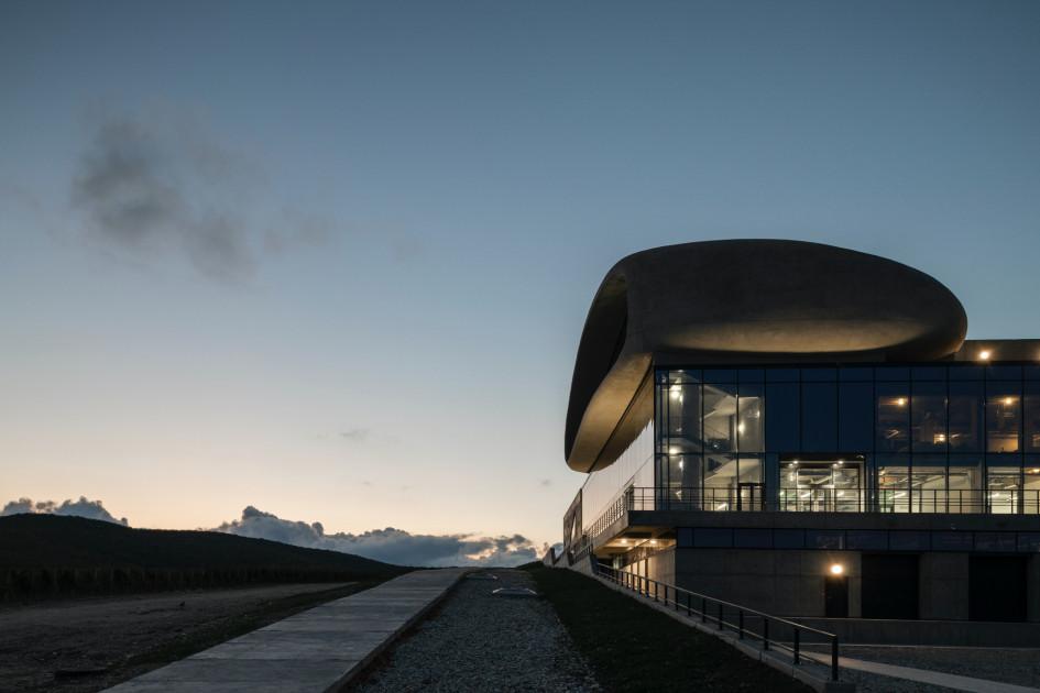 Фасад новой гравитационной винодельни в Анапе.
