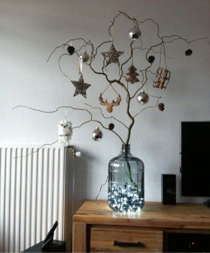 Новогодняя композиция из ветки и елочных игрушек. Элемент декора