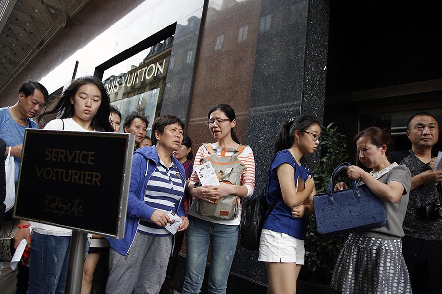 Очередь туристов изКитая вунивермаг Galeries Lafayette вПариже