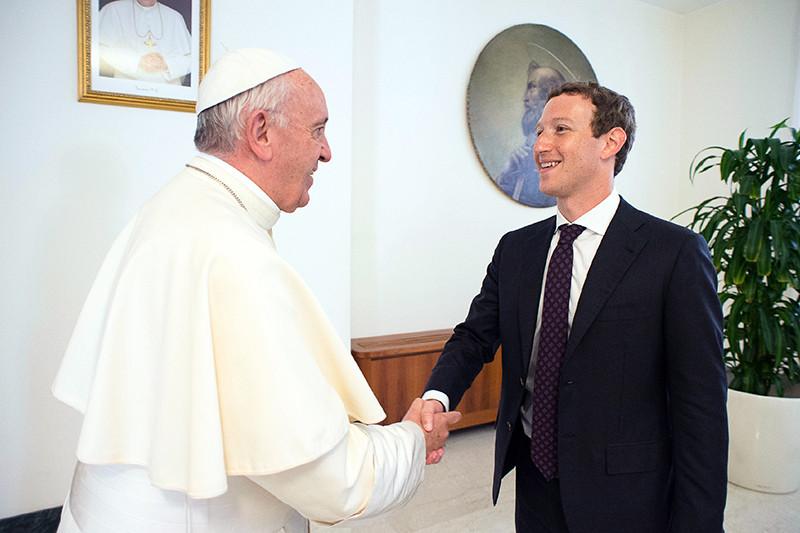 Основатель социальной сети Facebook Марк Цукерберг вовремя встречи сглавой Римской католической церкви папой Франциском