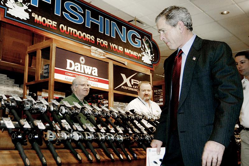 Президент США Джордж Буш-младший посещает центральный магазин Bass Pro Shops вСпрингфилде, штат Миссури. Фотография сделана вфеврале 2004 года, вскоре послепереизбрания Буша навторой срок