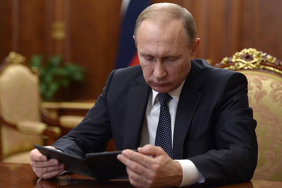 Владимир Путин изучает прототип устройства на встречеСергеем Чемезовым. 4 декабря 2015 года