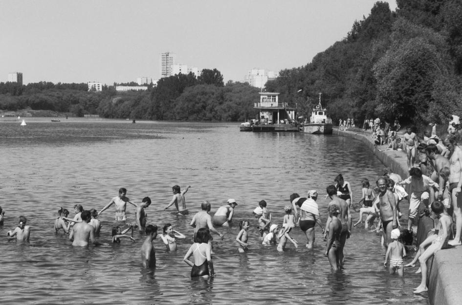 Москвичи во время отдыха на Москве-реке в районе Филевского парка. 1994 год