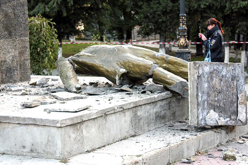 Разрушенный памятник Владимиру Ленину на территории городского сада в Судаке