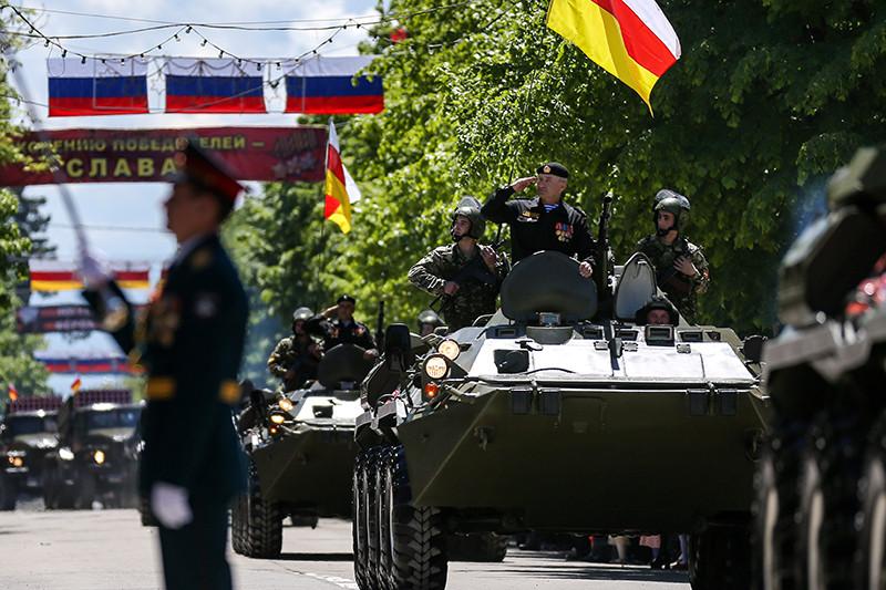 Военнослужащие во время военного парада, посвященного 71-й годовщине Победы в Великой Отечественной войне, Цхинвал, Южная Осетия