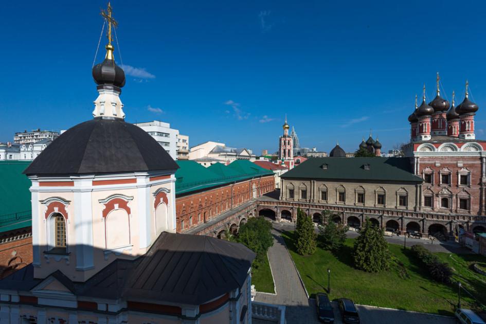 Из окон апартаментов открываются виды на Нарышкинские палаты и Высоко-Петровский монастырь