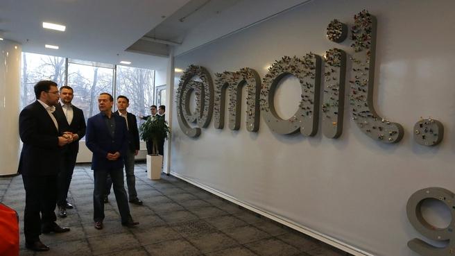 Председатель правительства РФ Дмитрий Медведев во время визита в штаб-квартиру Mail.ru Group