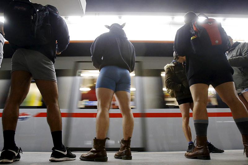 Участники международного флешмоба «В метро без штанов» (No Pants Subway Ride) в Вене, Австрия