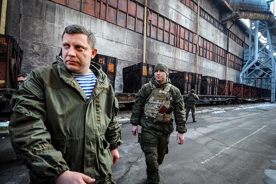 Глава ДНР Александр Захарченко (слева) вовремя посещения Донецкого металлургического завода