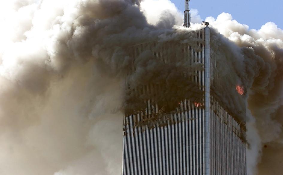 Одна из башен Всемирного торгового центра после столкновения с ней самолета 11 сентября 2001 года