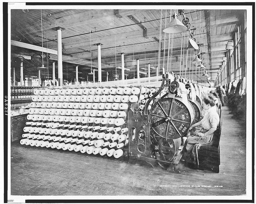 Женщины, работающие на станках Американской шерстяной компании, Бостон, 1912 год