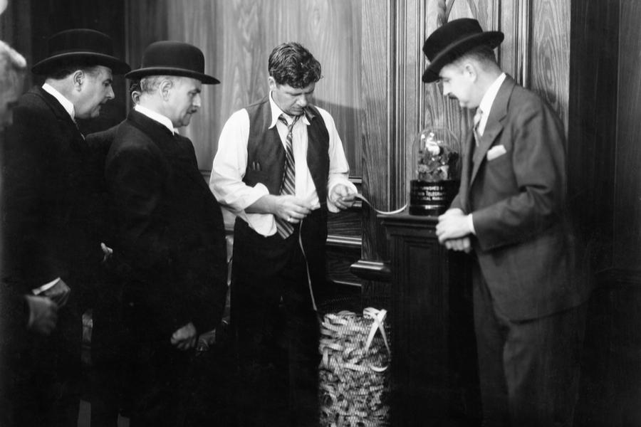 Брокеры читают тикерную ленту с котировками акций